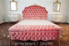 Stanza da letto personalizzata con letto imbottito rosa antico e panchetta contenitore in tinta