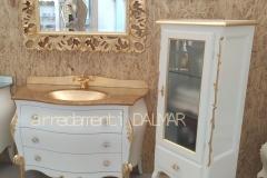 Composizione bagno bombato e vetrina con intagli laccati bianco e foglia oro