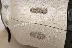 Lavorazione bassorilievo foglia argento su cassetti bagno bombato massello